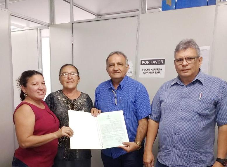 Dona Tereza Chaves recebe seu título de propriedade rural de diretores do Idace