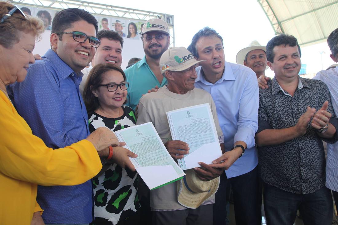 Governador Camilo Santana, Eduardo Barbosa e Gracinha Pedrosa entregam título