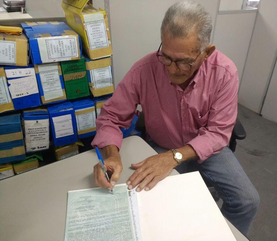 Seu João Araújo assina seu título