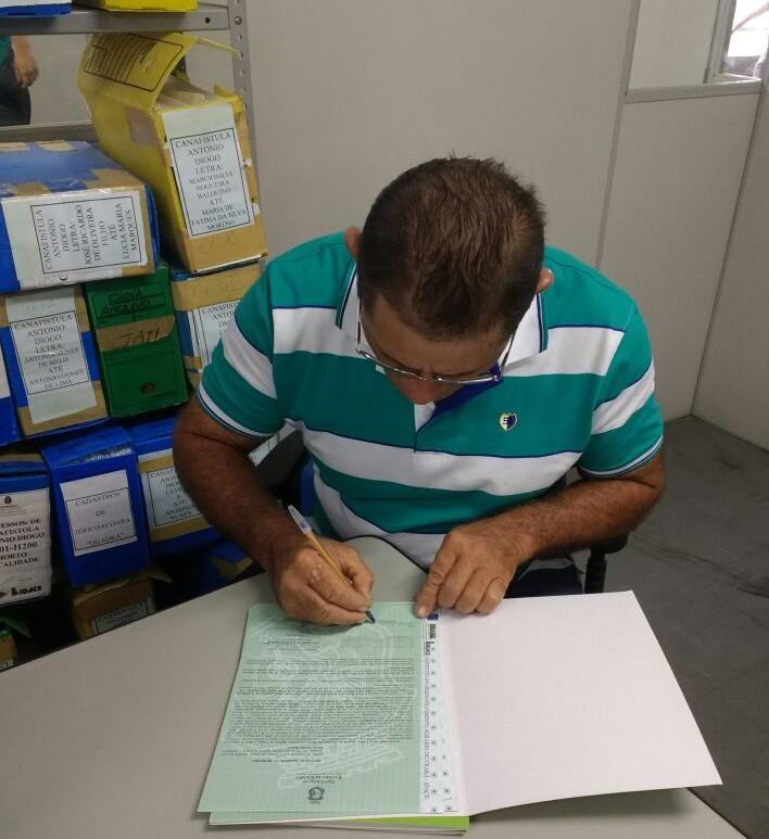 Seu João Maia assina seu título