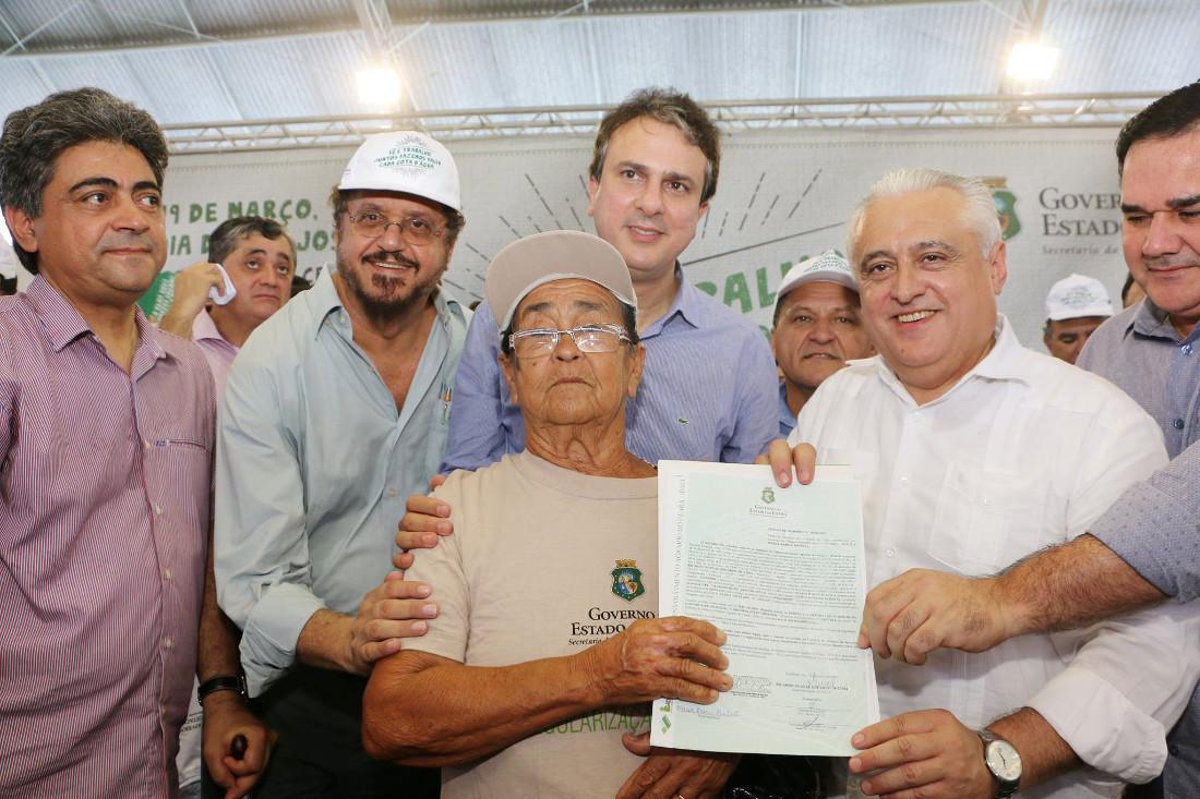 Superintendente do Idace Eduardo Barbosa, Governador Camilo Santana e Deputado Odorico Monteiro entregam título de terras em Quixadá
