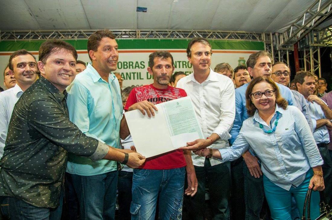 Camilo Santana entrega títulos em Frecheirinha