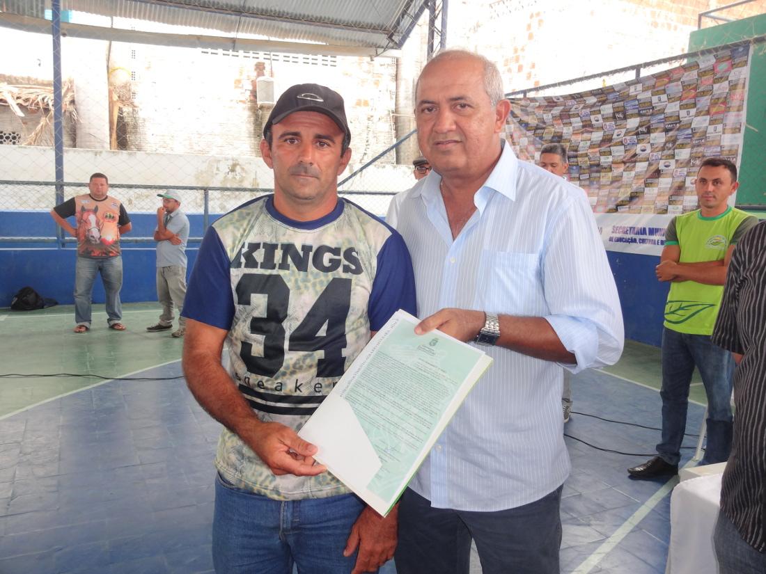 Agricultores e agricultoras recebem 186 títulos da terra em Piquet Carneiro