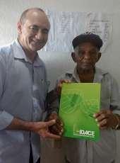 Seu Sebastião, 92 anos, recebe titulo da terra do IDACE em Miraíma – COLOCAR