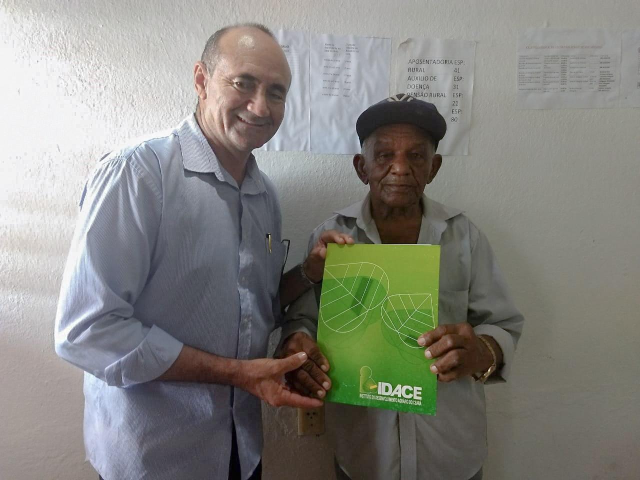 Seu Sebastião, 92 anos, recebe titulo da terra do IDACE em Miraíma